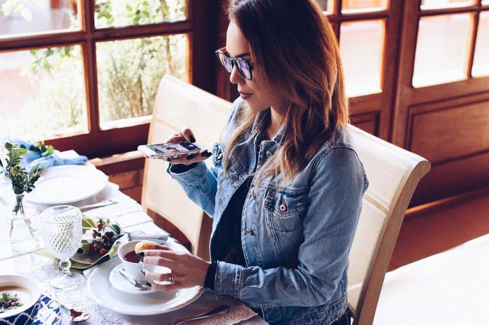 Blogueira fotografando o prato